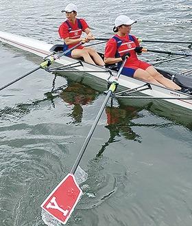 ボートを漕ぐ山村さんと安本さん(Y校提供)