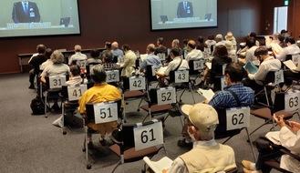 本会議場に入れず、別室で山中市長の演説を聞く市民