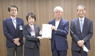 松山区長(中央左)と富井孝副区長(左)に要望書を手渡す笠原支部長(中央右)、斎藤副支部長