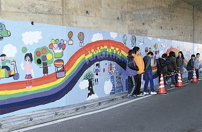 トンネル内に虹描く