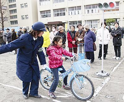 自転車運転を2地区が学ぶ