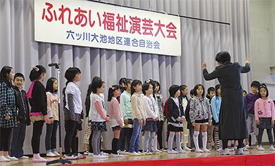 地域と学校結ぶ演芸大会