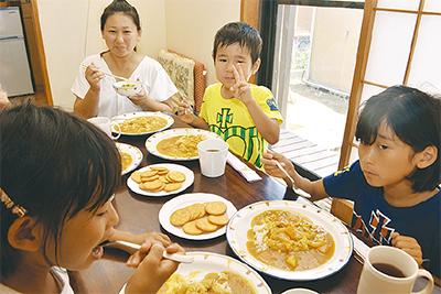 夏休み、親子仲良く食事