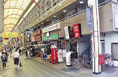 イベントが行われる弘明寺商店街(右端が「水谷マンション」)