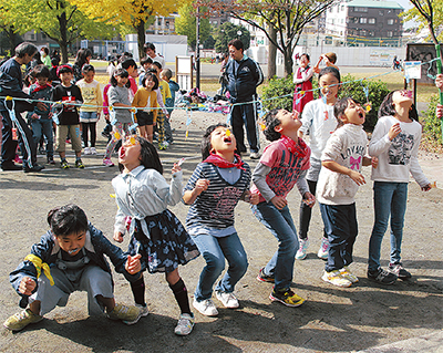子ども100人が遊ぶ