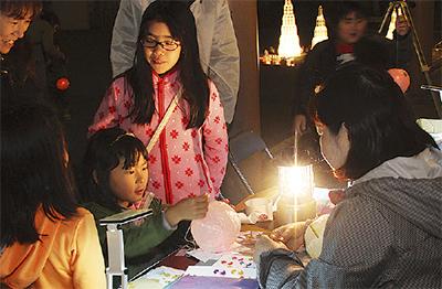 子ども作る光る紙風船