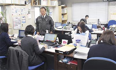 女性社員が多く働く事務所(中央が倉澤社長)