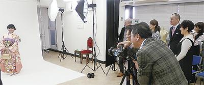 組合員らが見守る中、撮影が行われた(2月20日、中区の県美容組合研修スタジオ)