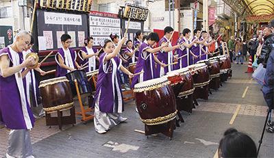 橋上で演奏する久良岐太鼓