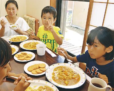 カレーを食べる子どもたち(昨年)