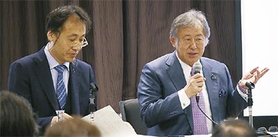 司会を務めた安田新医師(左)と吉田院長