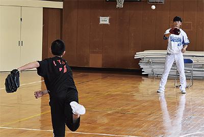 キャッチボールをする砂田選手と児童