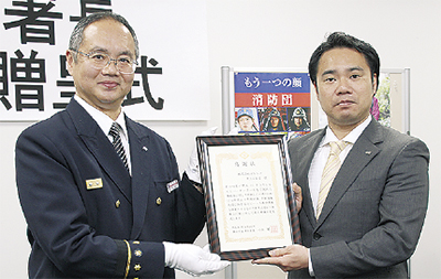 感謝状を手にする竹内さん(右)と小出署長