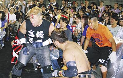 場外で暴れるレスラー(昨年8月の六角橋商店街大会)