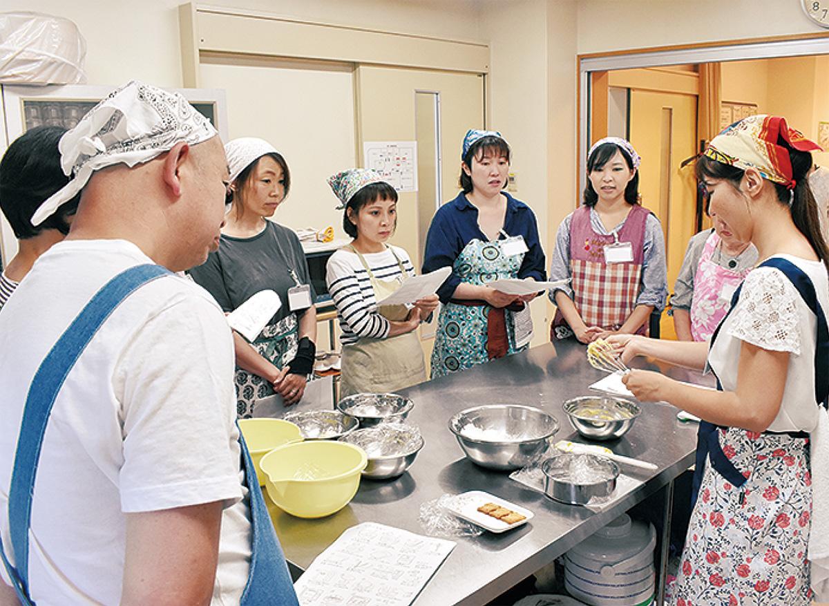 手話使い菓子作り学ぶ