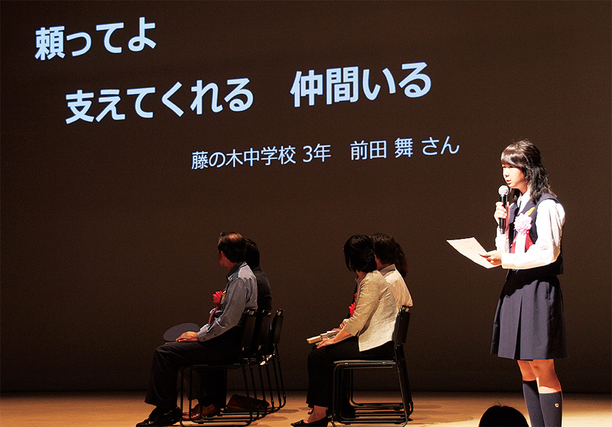 作品を読み上げる前田さん(右)