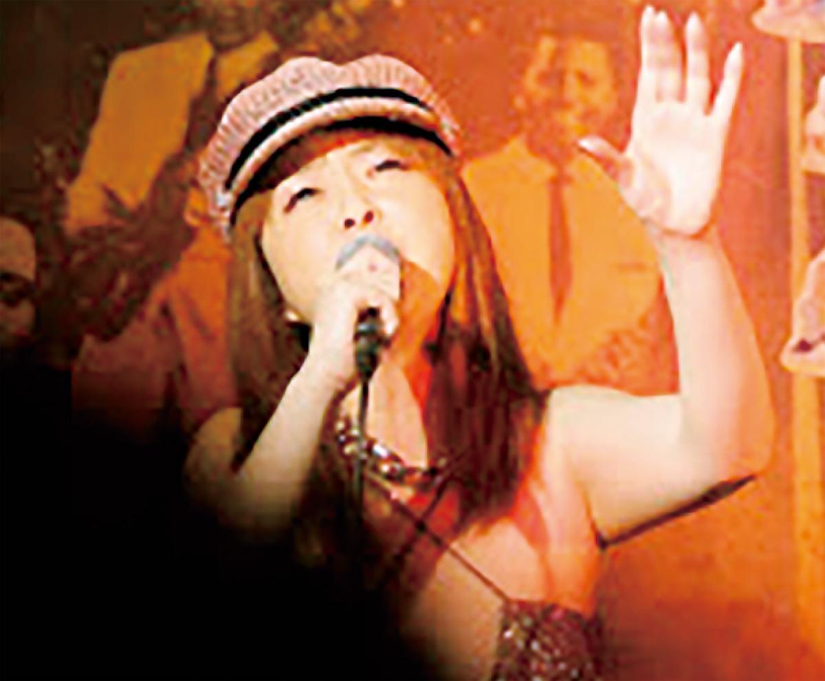 ライブで歌う矢口さん