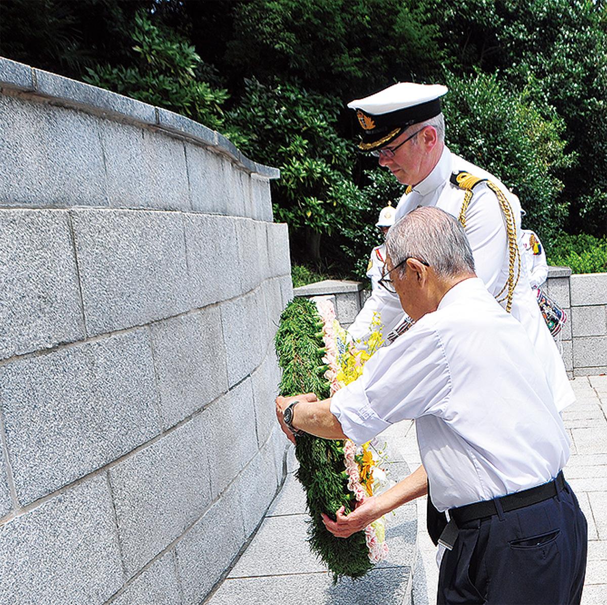 戦没捕虜の碑に献花する出席者