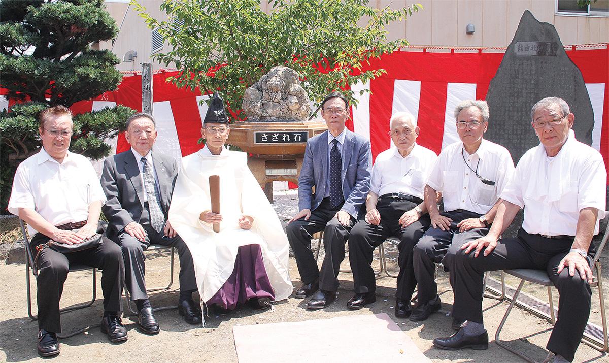 糸縄神社に「さざれ石」
