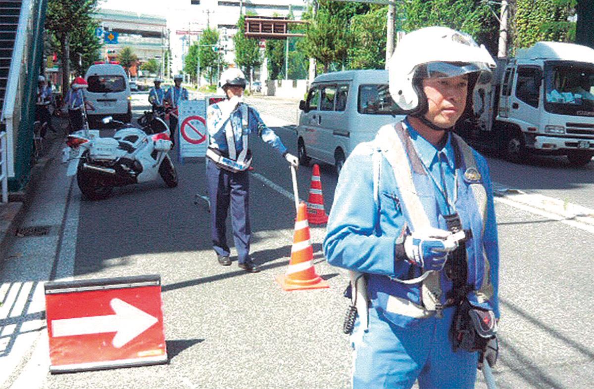 交通規制を行う警察官