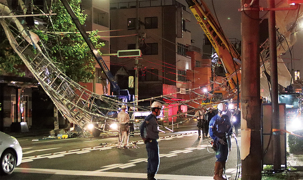 鎌倉街道をふさいだ崩れた足場(4日、午後11時40分)