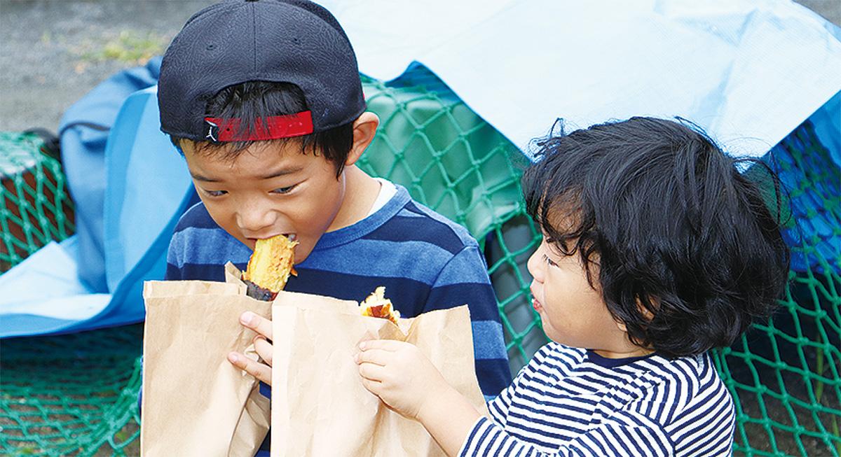 いもを食べる子ども