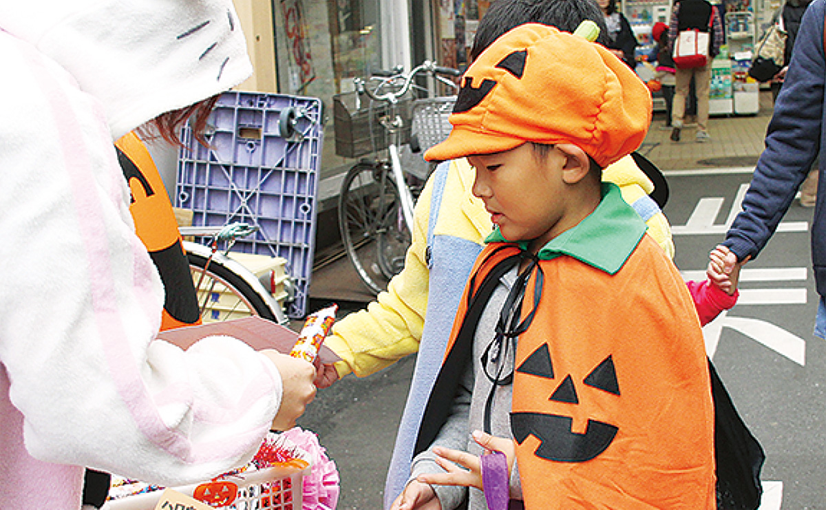 弘明寺商店街で菓子をもらう子ども(過去の様子)