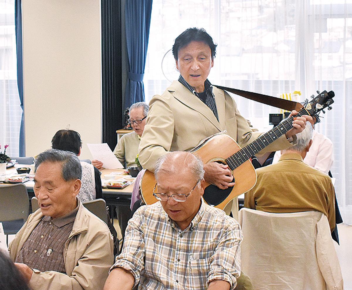 歌を歌う参加者