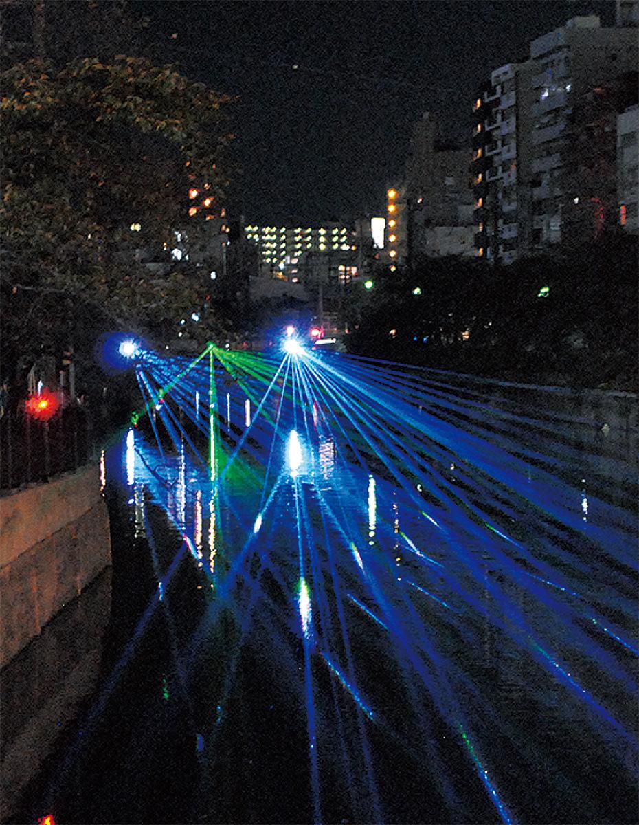 さまざまな色のレーザーで大岡川が彩られた