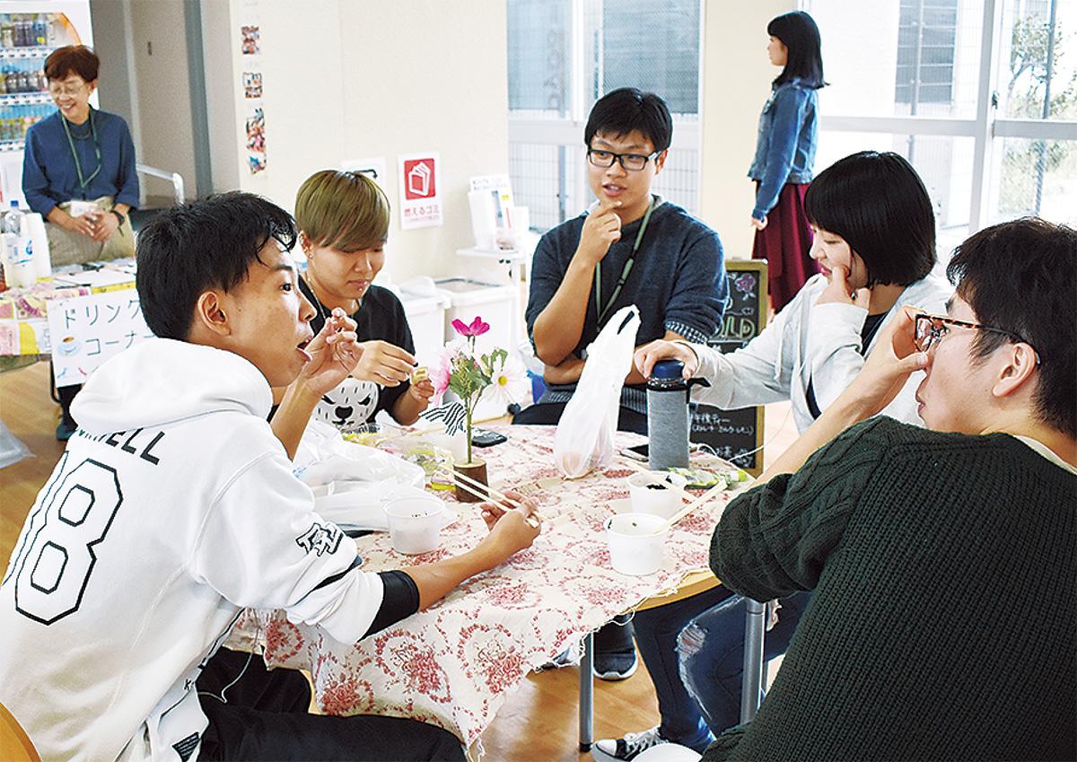 カフェで会話を楽しむ生徒