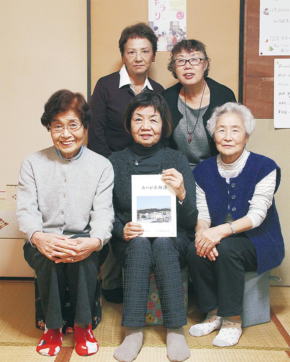 辻さん(前列中央)らサロンのメンバー