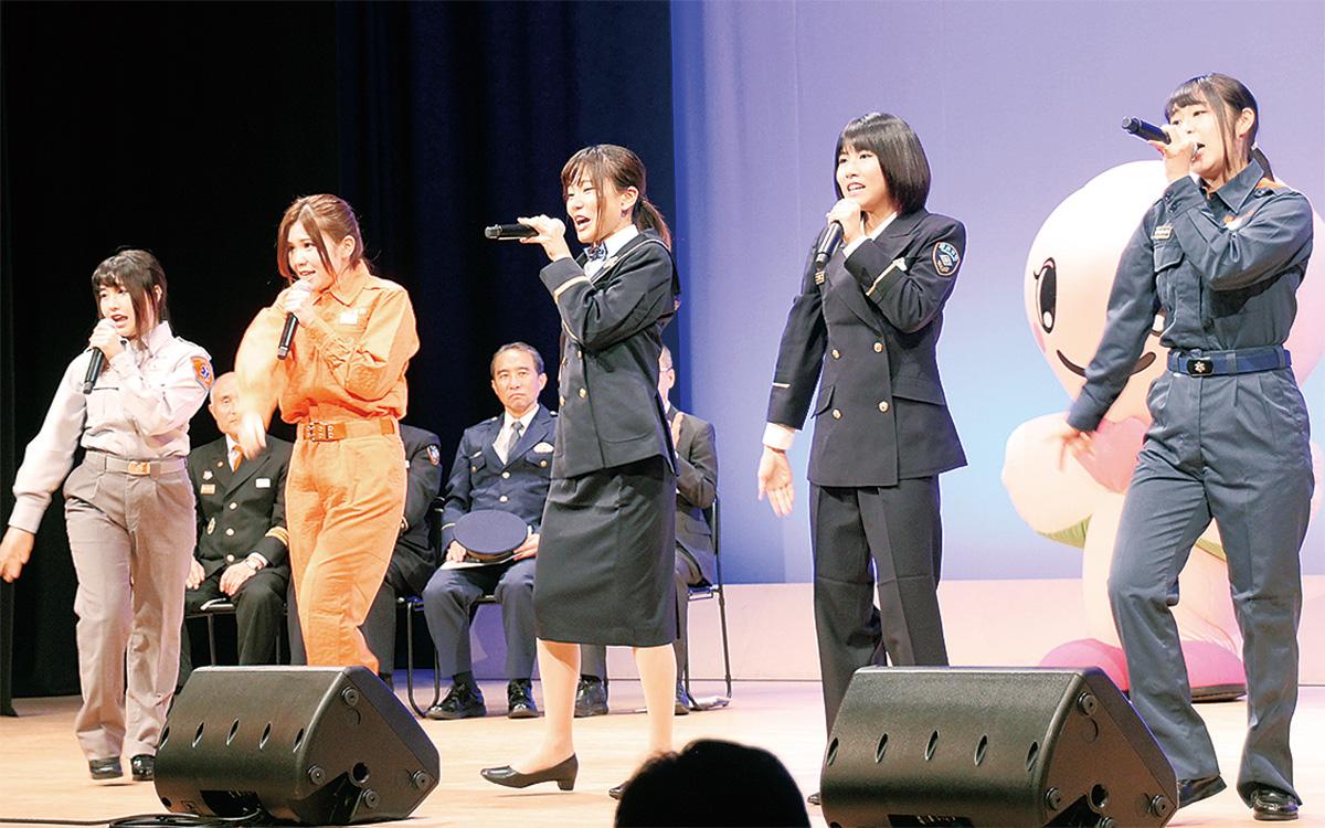 ステージで歌を披露するポニカロードの(左から)尾上まなみさん、入船あんさん、太田あかりさん、港ゆきさん、住吉かのんさん