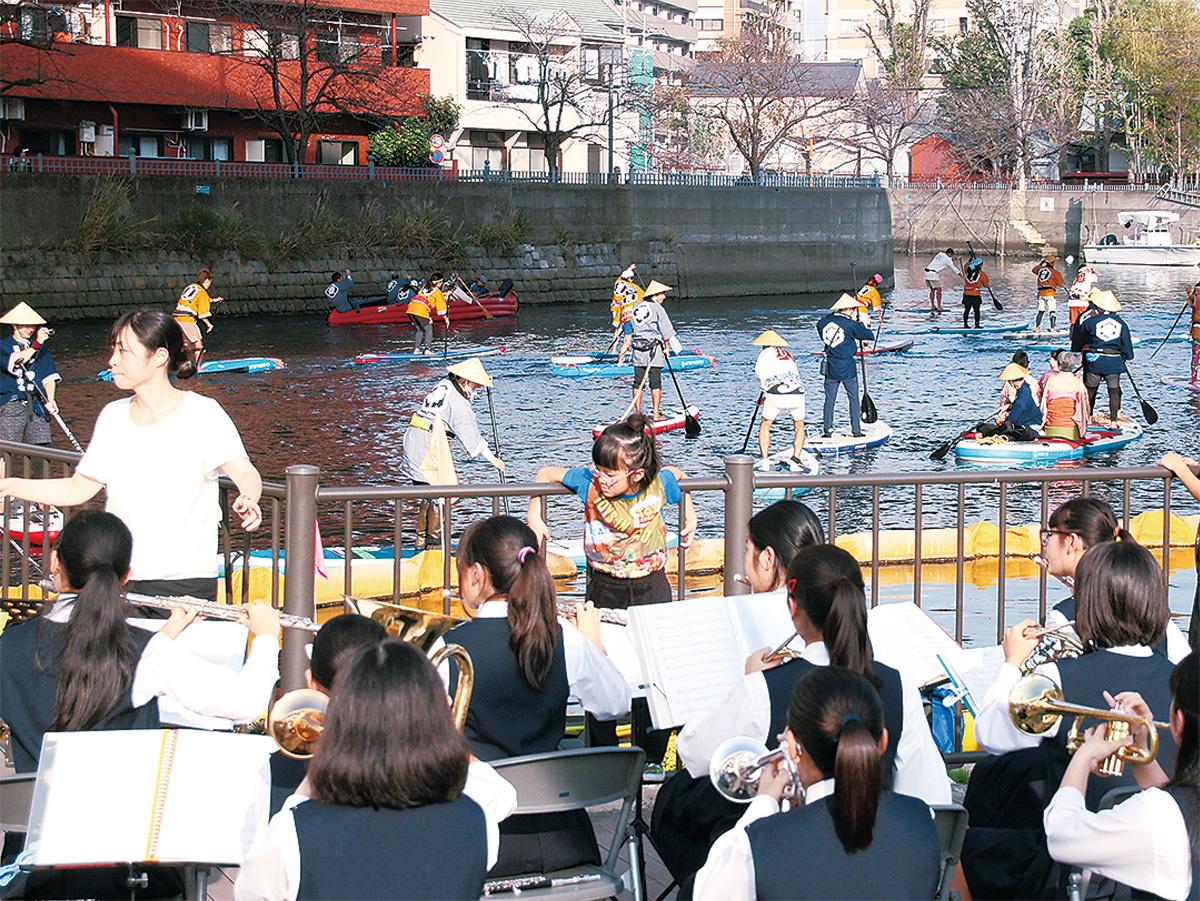 共進中の演奏の中、蒔田公園に来た船団