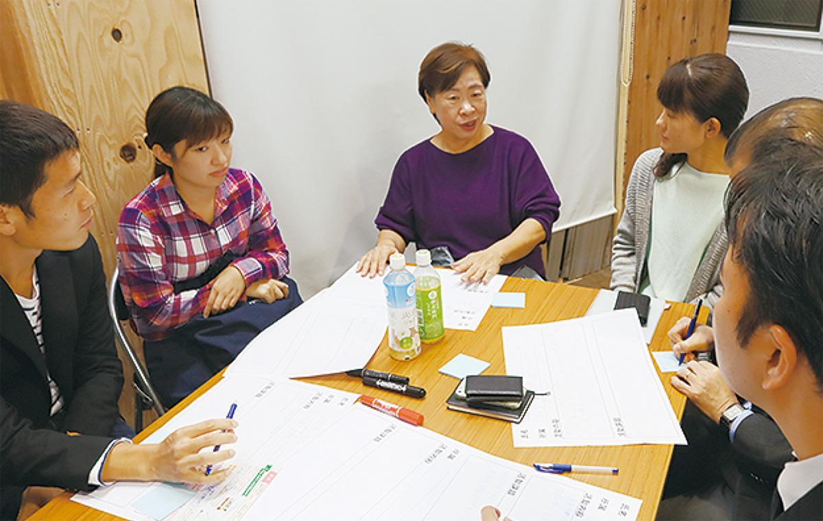 赤荻さん(右)と話す参加者