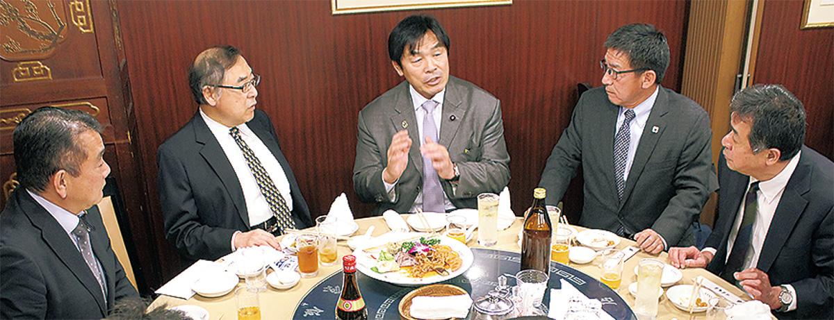 馳氏(中央)の話を聞く参加者(右から2人目が工藤会長)