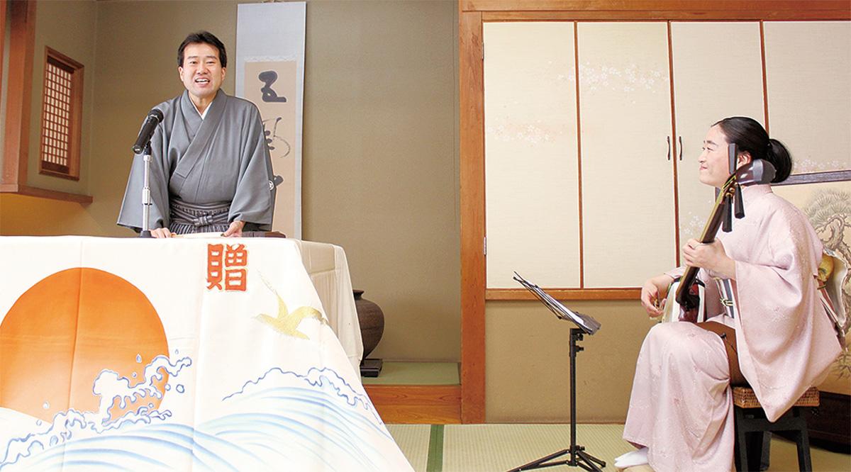 浪曲を披露する東家一太郎さん(左)と美さん