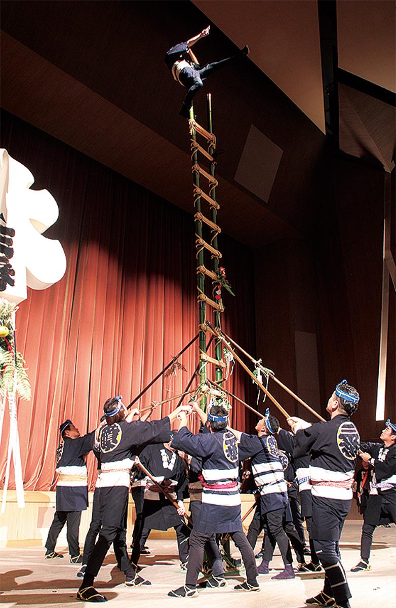 はしごの上で演技を披露するとび職人