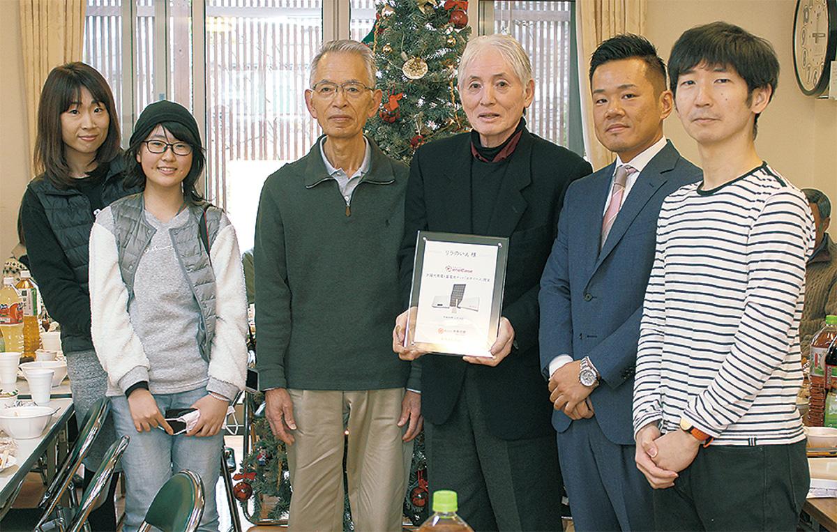 河原社長(右から2人目)から目録を受け取った松尾理事長と利用者