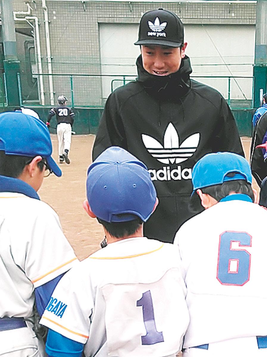 少年球児を指導する山口さん