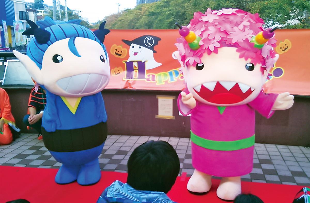 商店街のキャラクター、オグジ(左)とサグジ
