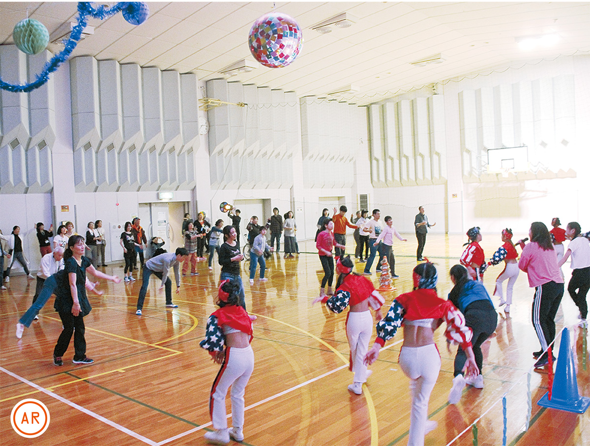 ミラーボールの下で踊る参加者