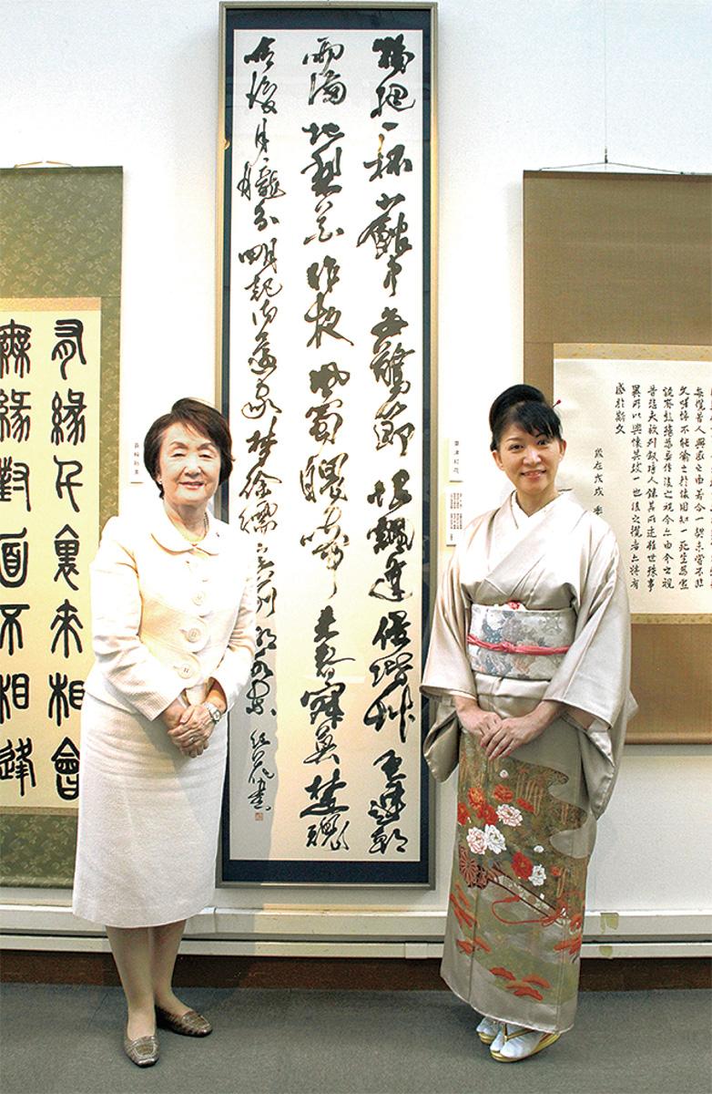 粟津さん(右)の作品と鑑賞に訪れた林市長