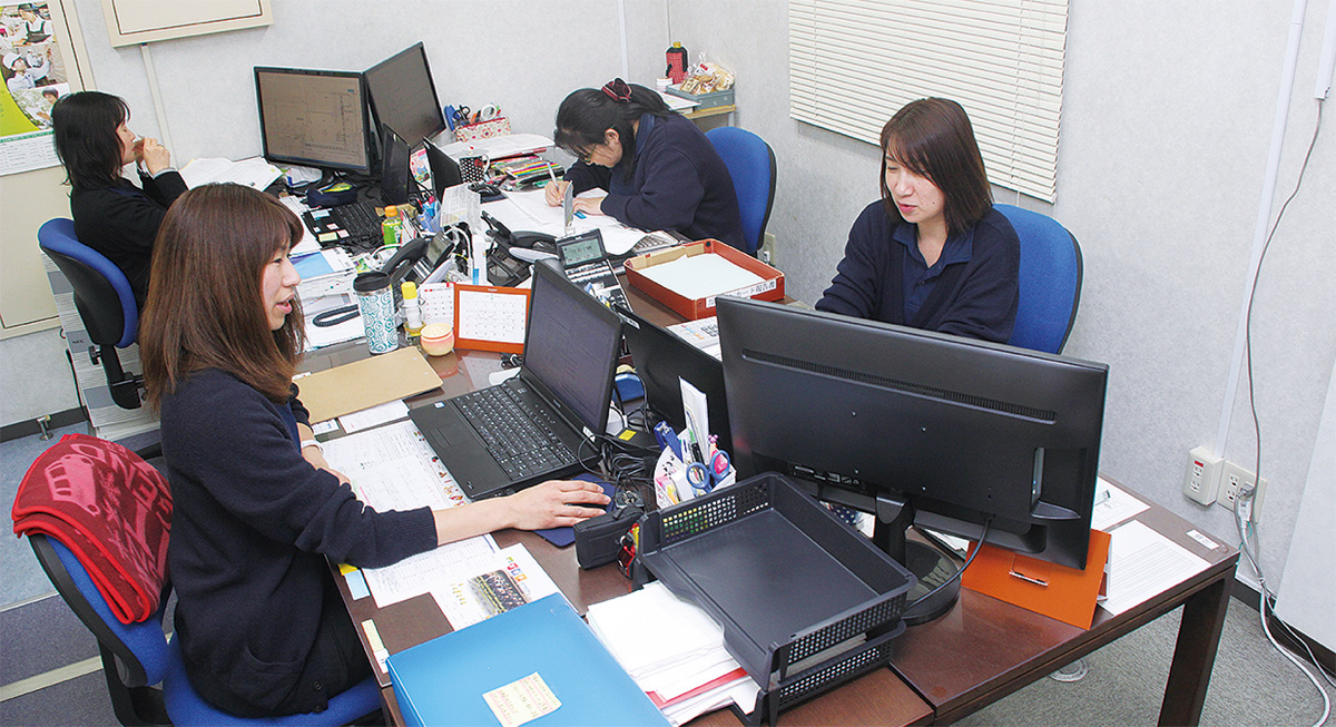 総務部で勤務する森さん(手前左)と須藤さん(同右)