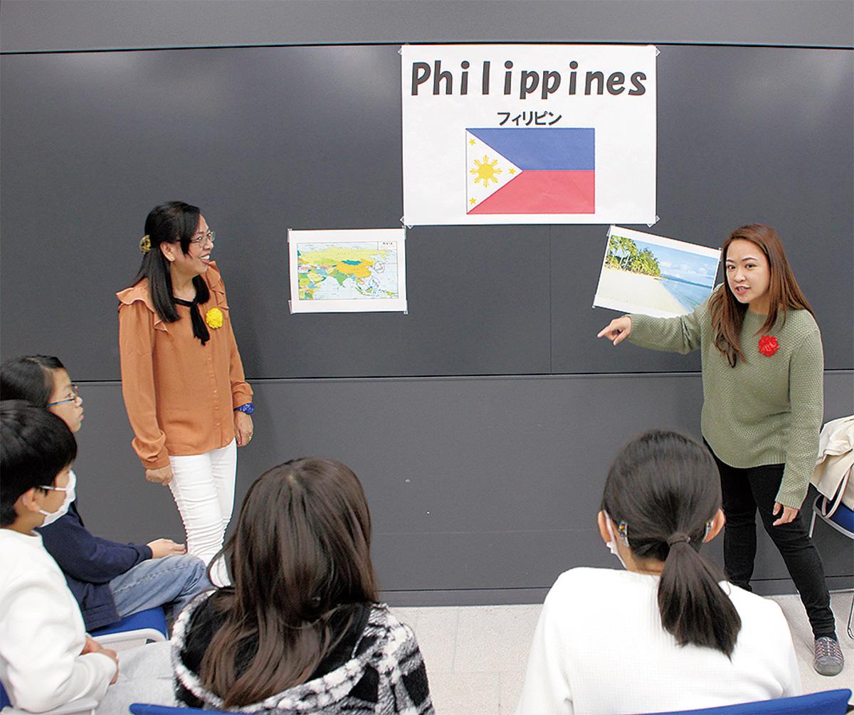 児童に母国の話をするフィリピン人講師