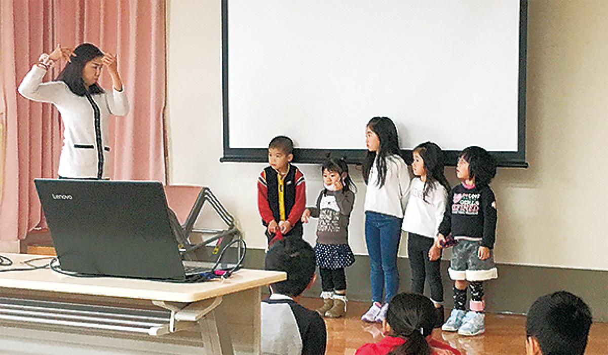 子どもに説明する奥田さん(左)