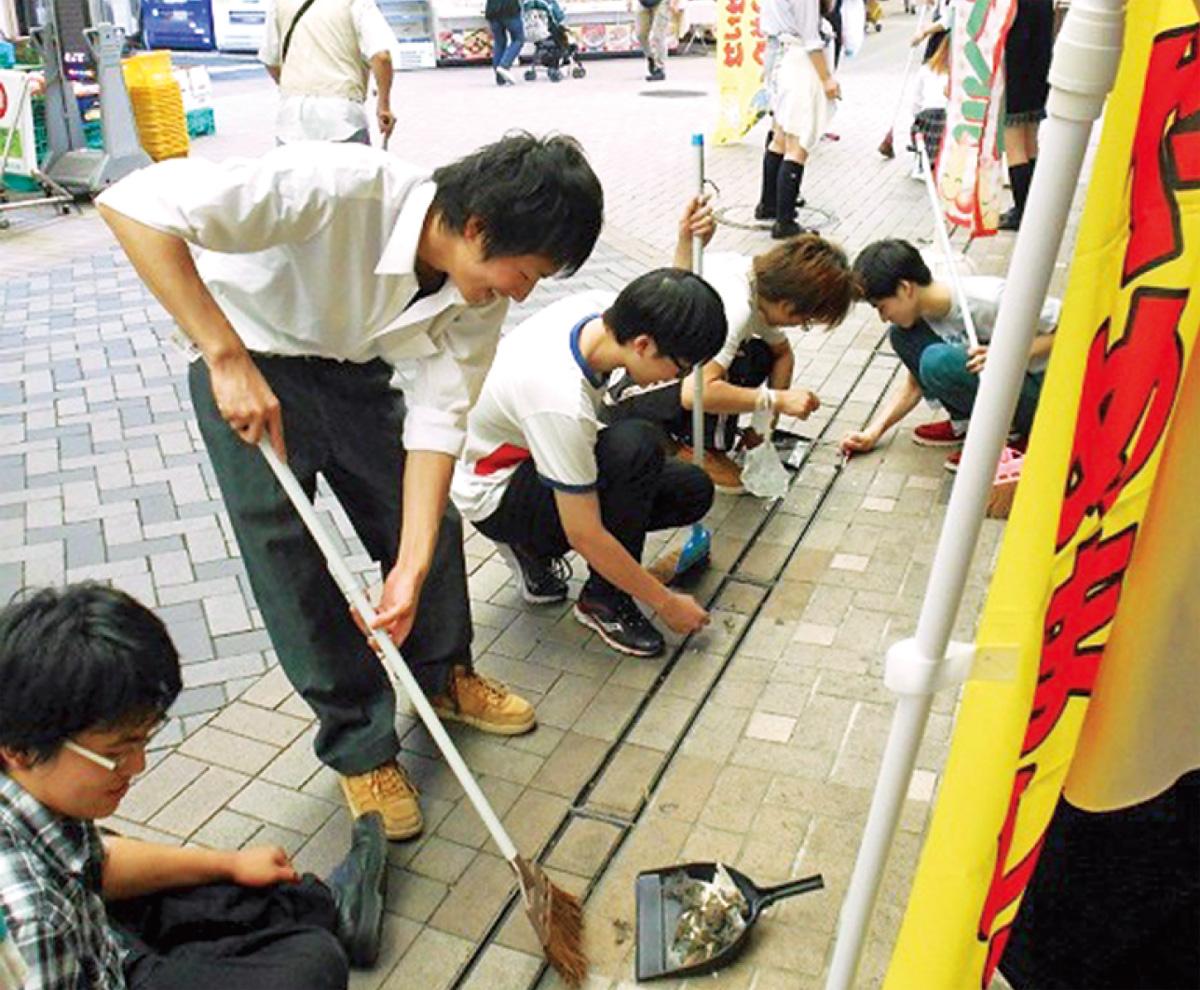 地域貢献活動として弘明寺商店街を清掃する生徒