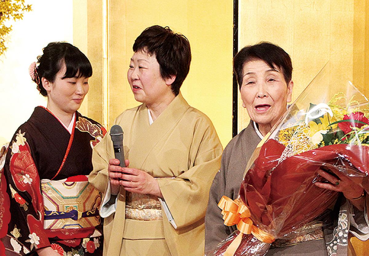 家族とともに笑顔を見せる上田さん(右)