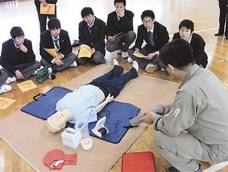 「AEDの使用法」を教わる参加者は真剣そのもの