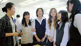 留学生と談笑する生徒たち