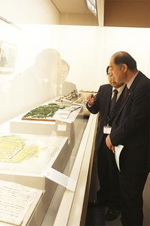 20日には鈴木和宏区長も訪れ展示物に見入っていた